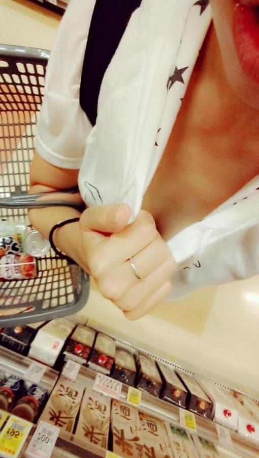 【おっぱい】ネットの男たちを着衣のまま誘惑するエロ素人たちwww【30枚】 22