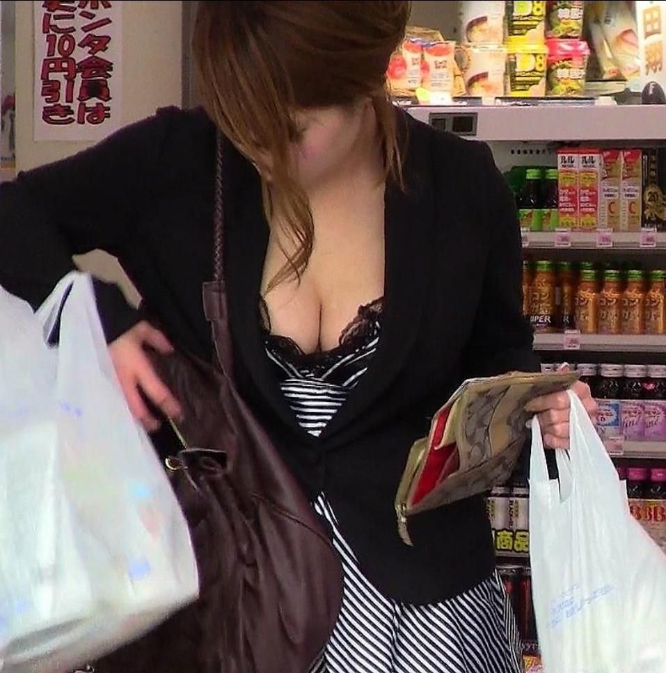 【おっぱい】大きさがなくても胸元をチラリズムさせれば女性の魅力は増していくwww【30枚】 04