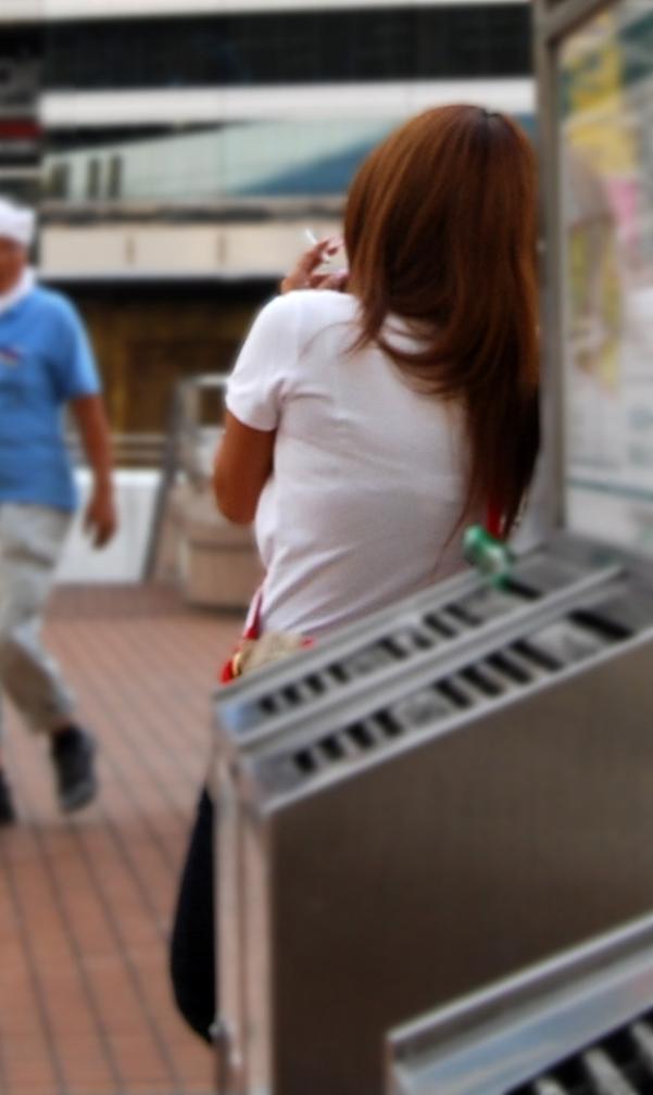 【おっぱい】街中なのにブラジャーを見せて歩いている素人がいると聞いてwww【20枚】 04