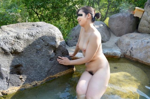 【おっぱい】焦らずに撮影できる露出スポットこと温泉でも素人感は消えないwww【30枚】 17