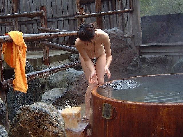 【おっぱい】エロを意識していない素人さんのおっぱいが楽しめる温泉の覗き画像まとめ【30枚】 21