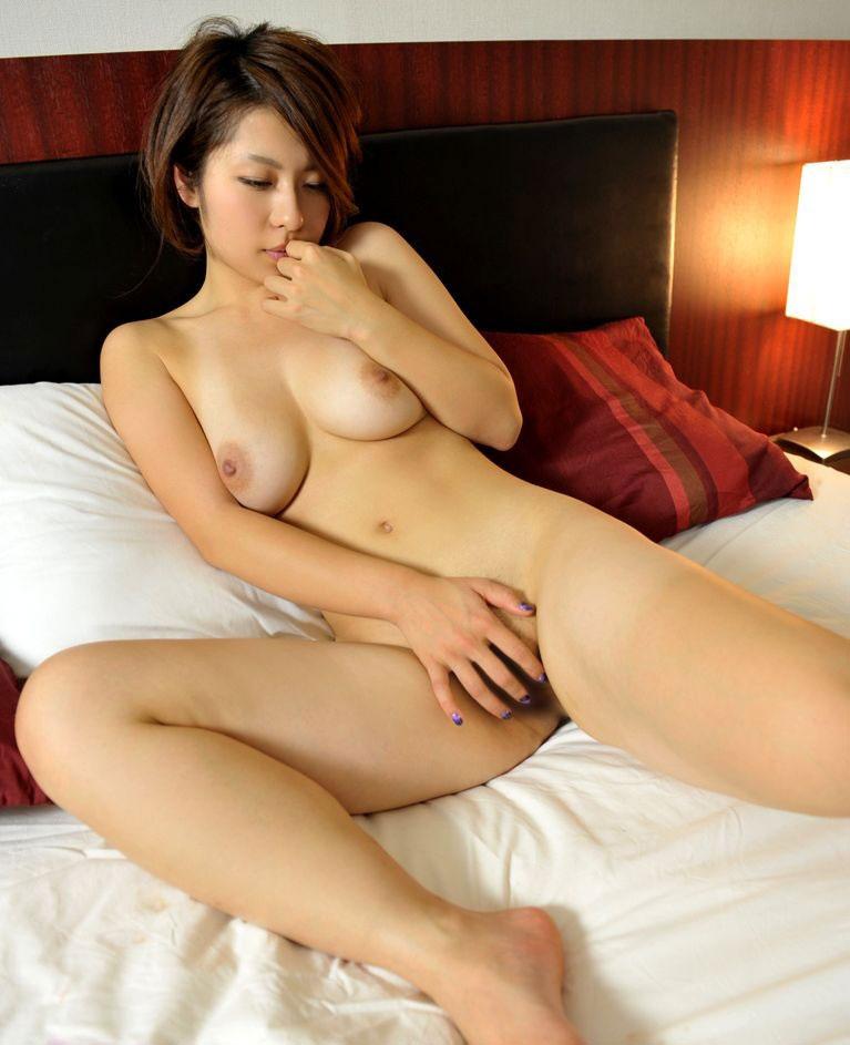 【おっぱい】指でオナニーしている女の子の無防備な美乳が可愛いwww【22枚】 06