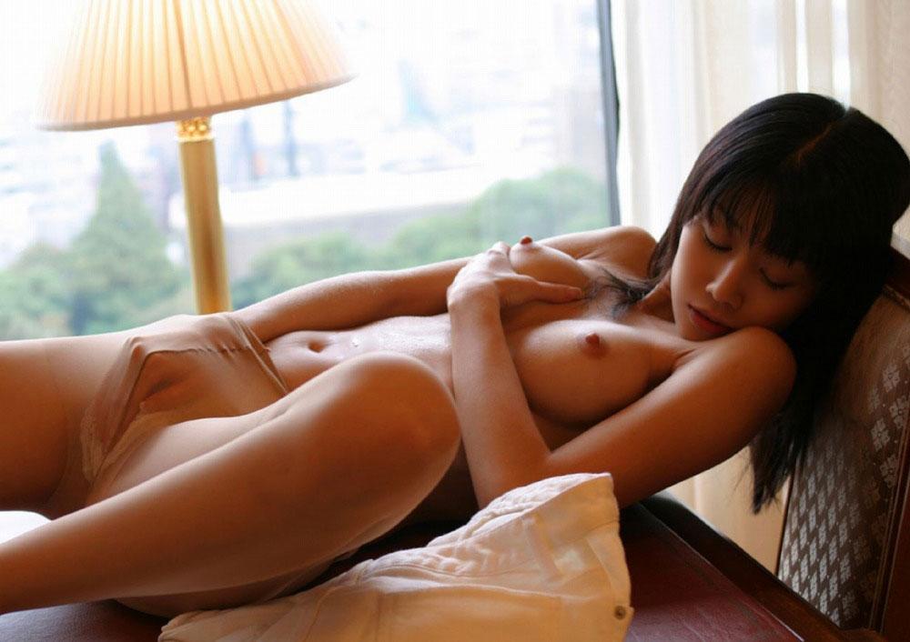 【おっぱい】指でオナニーしている女の子の無防備な美乳が可愛いwww【22枚】 09