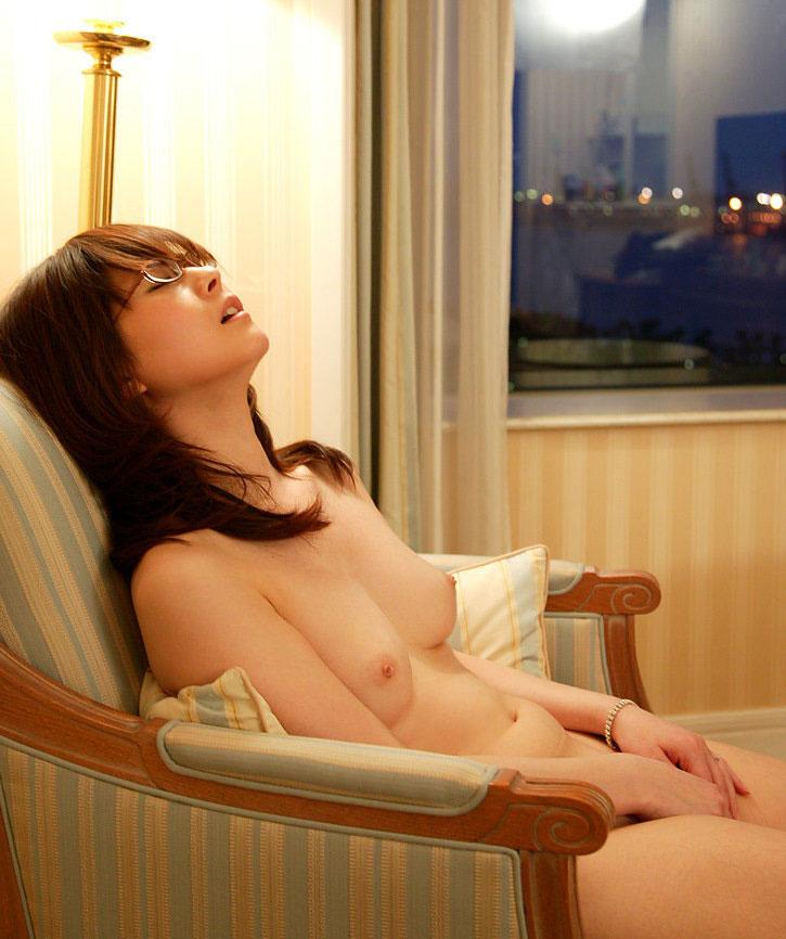【おっぱい】指でオナニーしている女の子の無防備な美乳が可愛いwww【22枚】 14