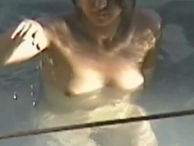 【おっぱい】男の視線がないと油断して入浴している素人さん達の無防備なヌードwww【30枚】 09