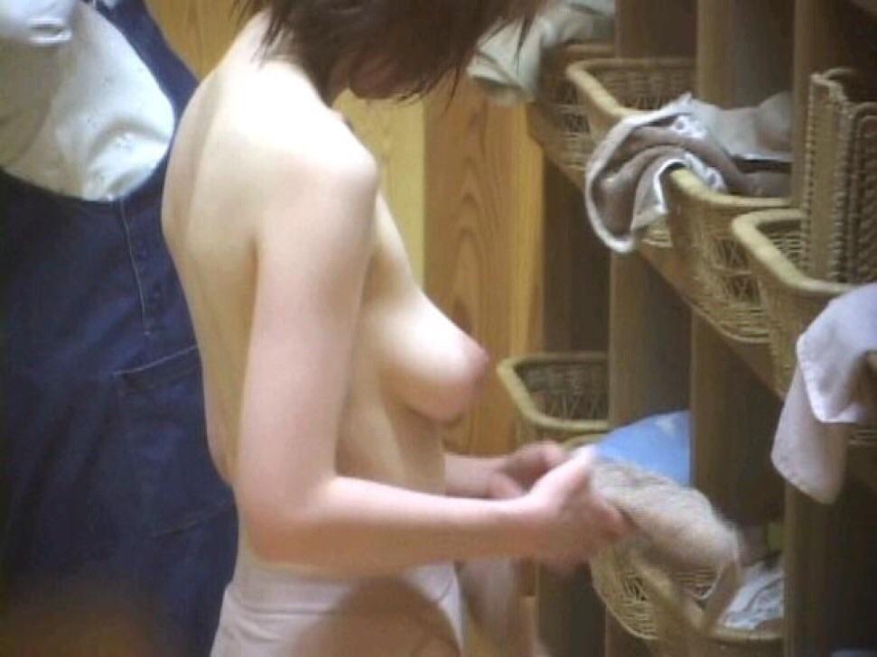 【おっぱい】男の視線がないと油断して入浴している素人さん達の無防備なヌードwww【30枚】 27