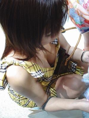 【おっぱい】乳首チラを期待して長時間凝視してしまいそうな際どい素人さんの胸元www【30枚】 08