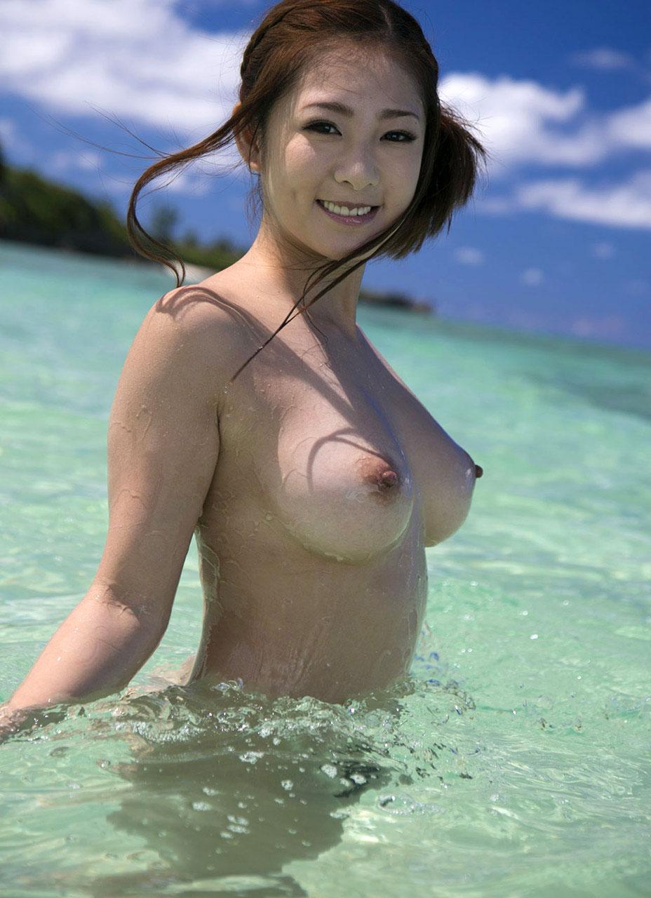 【おっぱい】ビーチだから水着姿かと思ったらおっぱい丸見えだったでござるの巻【29枚】 05