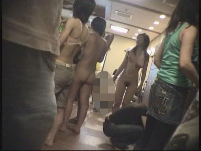 【おっぱい】女の子の着替えを覗くという行為に心が躍るのは男の本能なんです!!!【30枚】 11