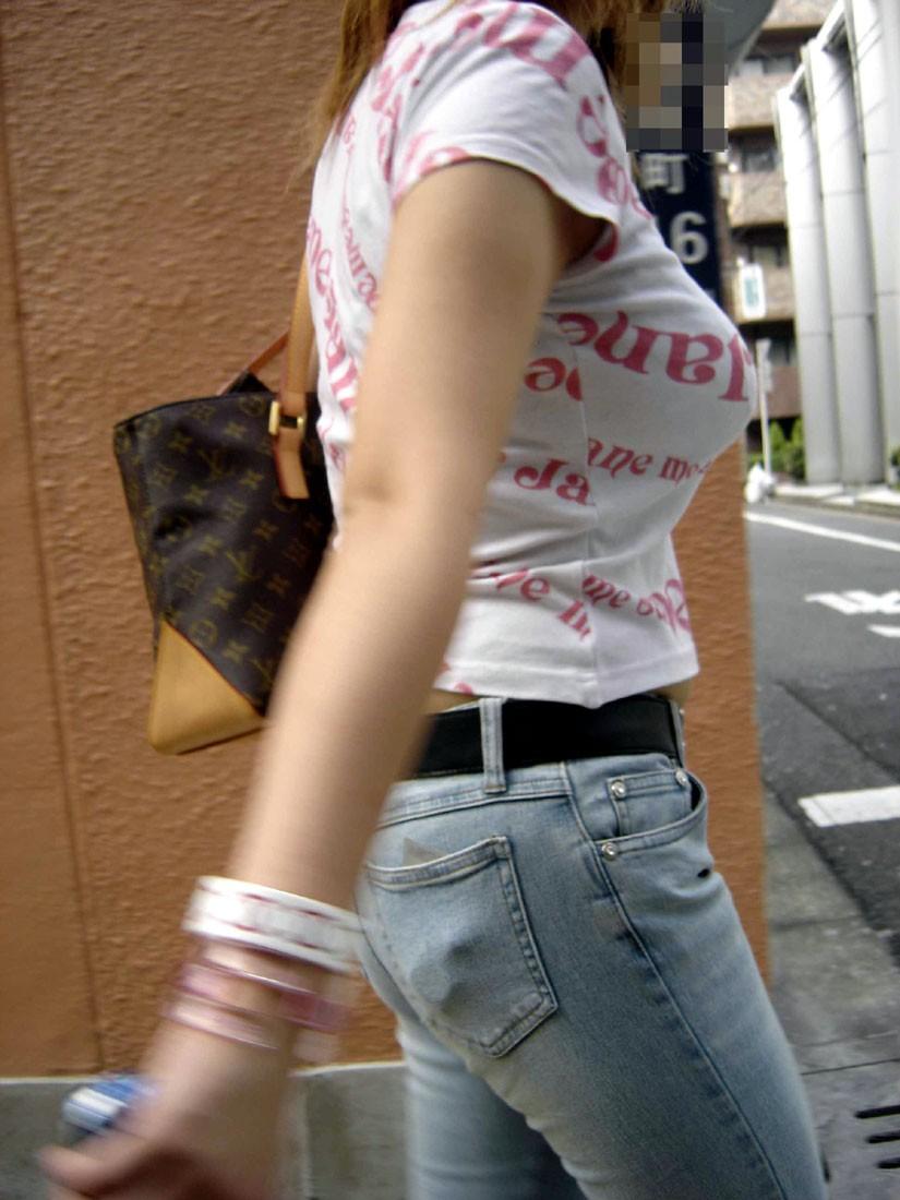 【おっぱい】暖かくなってくると巨乳が強調されるファッションが増えていいwww【30枚】 26