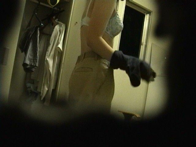 【おっぱい】覗きだけでは満足できなくなりそうな素人さんの脱衣風景www【30枚】 07