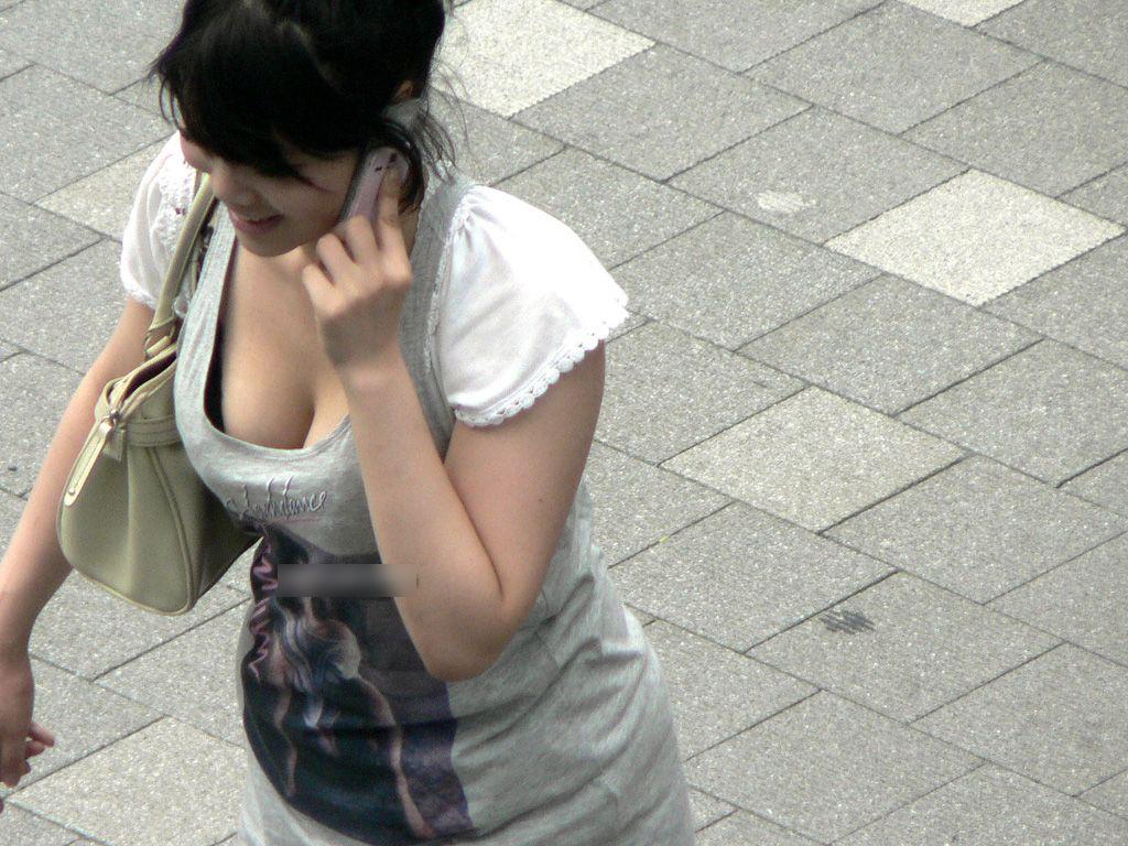 【おっぱい】着衣でも関係なく大きいとわかってしまう素人さんたちが街を歩くとこうなるwww【30枚】 08