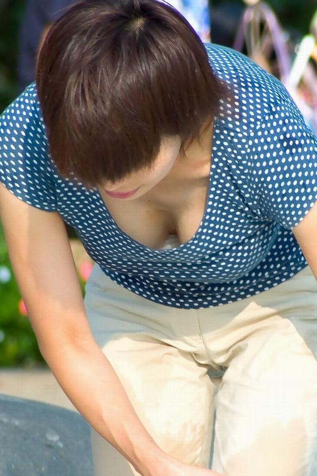【おっぱい】世の中の男という男を効果的かつ的確に釣れる胸チラという奥義についてwww【30枚】 26