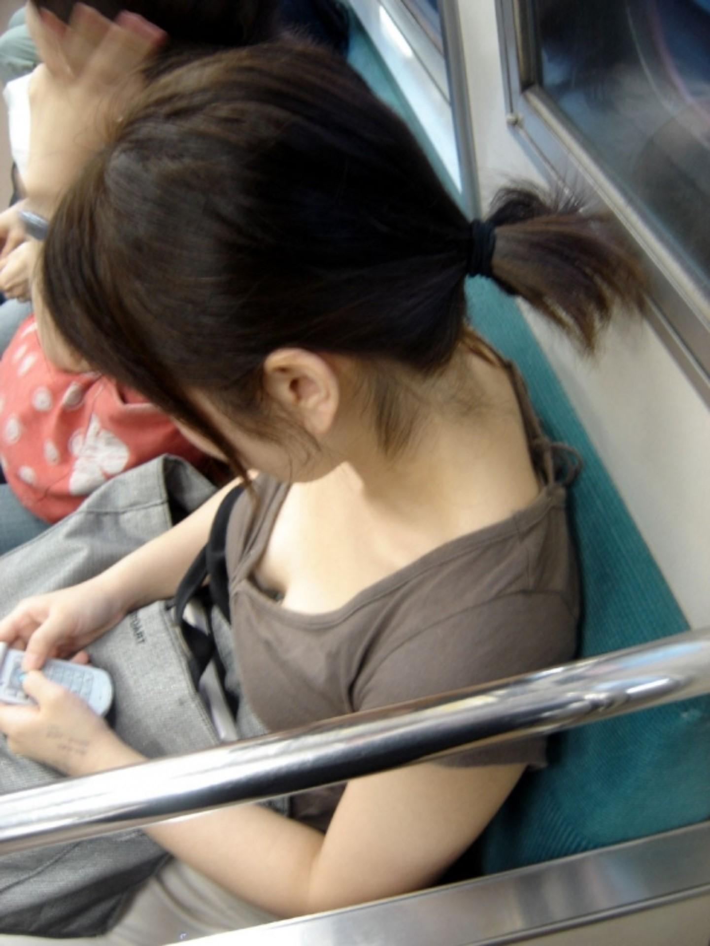 【おっぱい】電車で座れたと思って気を抜いた女の子は胸元がガラ空きという噂www【30枚】 06