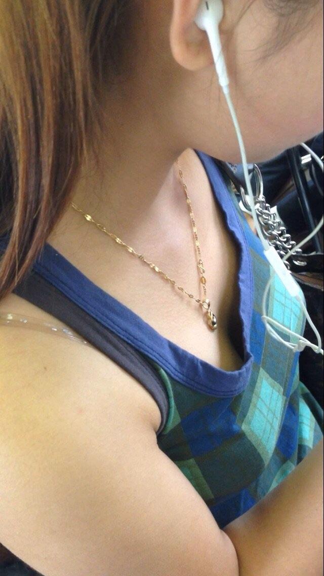 【おっぱい】電車で座れたと思って気を抜いた女の子は胸元がガラ空きという噂www【30枚】 08