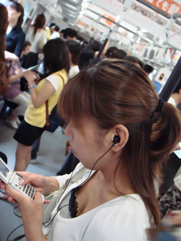 【おっぱい】電車で座れたと思って気を抜いた女の子は胸元がガラ空きという噂www【30枚】 12