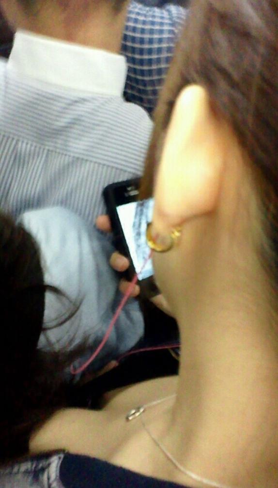 【おっぱい】電車で座れたと思って気を抜いた女の子は胸元がガラ空きという噂www【30枚】 19