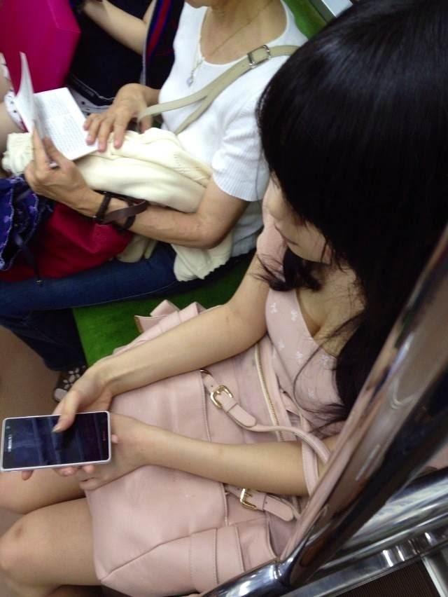 【おっぱい】電車で座れたと思って気を抜いた女の子は胸元がガラ空きという噂www【30枚】 20