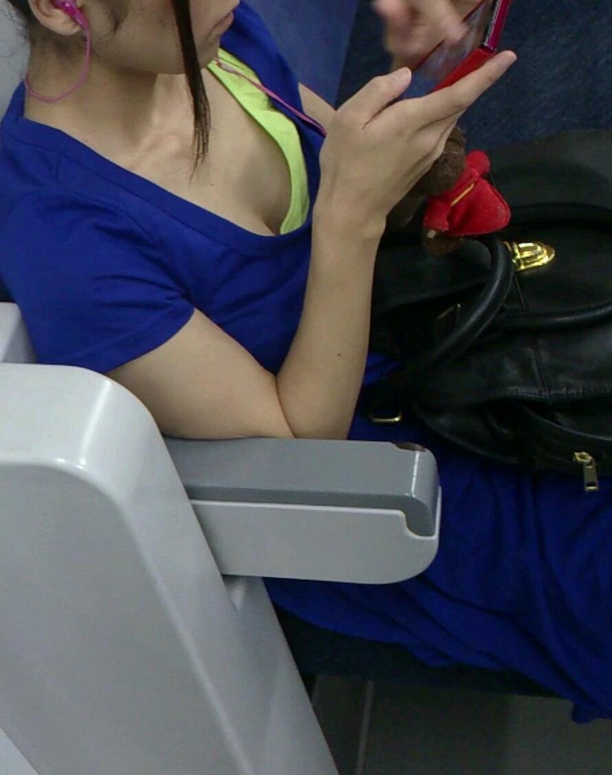 【おっぱい】電車で座れたと思って気を抜いた女の子は胸元がガラ空きという噂www【30枚】 24