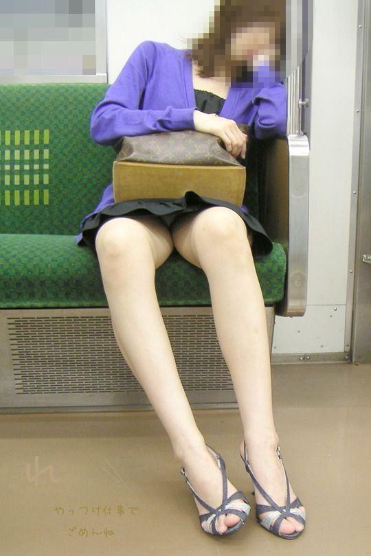 【おっぱい】電車で座れたと思って気を抜いた女の子は胸元がガラ空きという噂www【30枚】 28