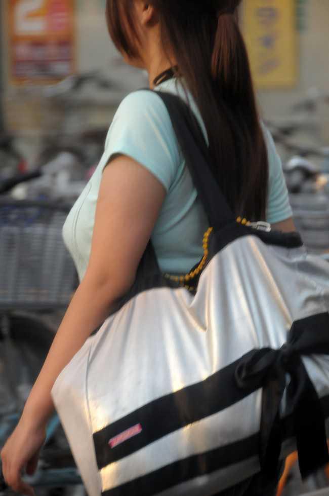 【おっぱい】巨乳が目立ちすぎるファッションで外に出ちゃう素人さんってwww【30枚】 10