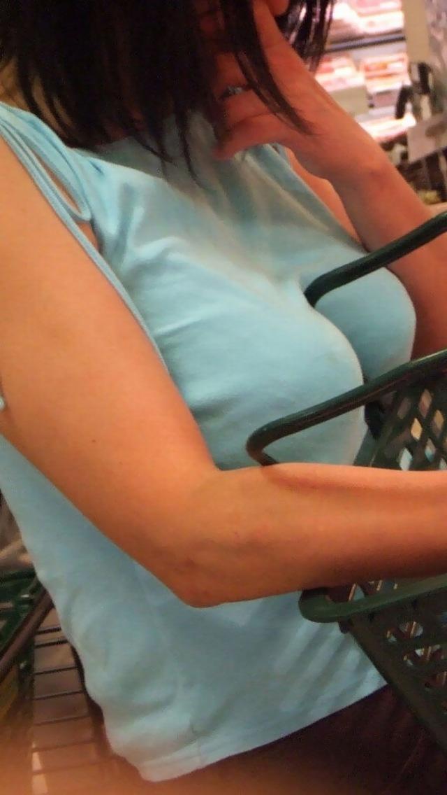 【おっぱい】巨乳が目立ちすぎるファッションで外に出ちゃう素人さんってwww【30枚】 23