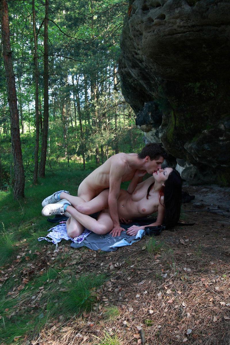 【おっぱい】野外でおっぱい晒すだけに飽き足らず青姦するだなんてwww【36枚】 19