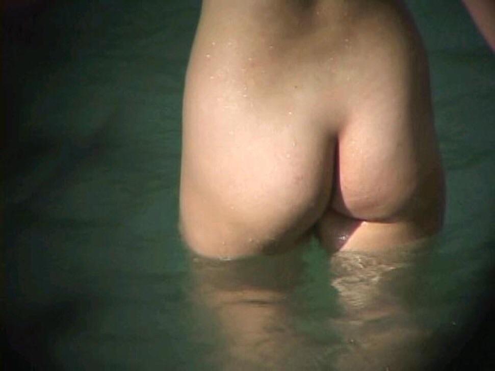【おっぱい】露天風呂でリラックスしているところをこっそり撮影するなんてけしからん!【30枚】 04