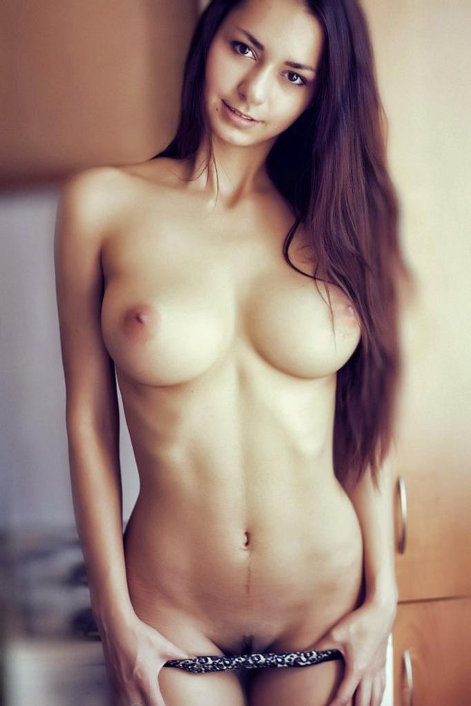 【おっぱい】偽乳を疑ってしまうほどのまん丸すぎるメロン巨乳の女性ってwww【30枚】 11