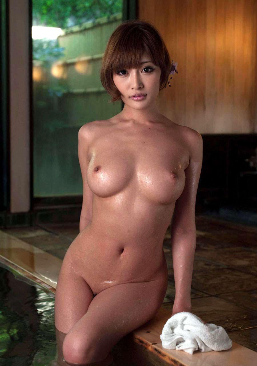 【おっぱい】偽乳を疑ってしまうほどのまん丸すぎるメロン巨乳の女性ってwww【30枚】 17
