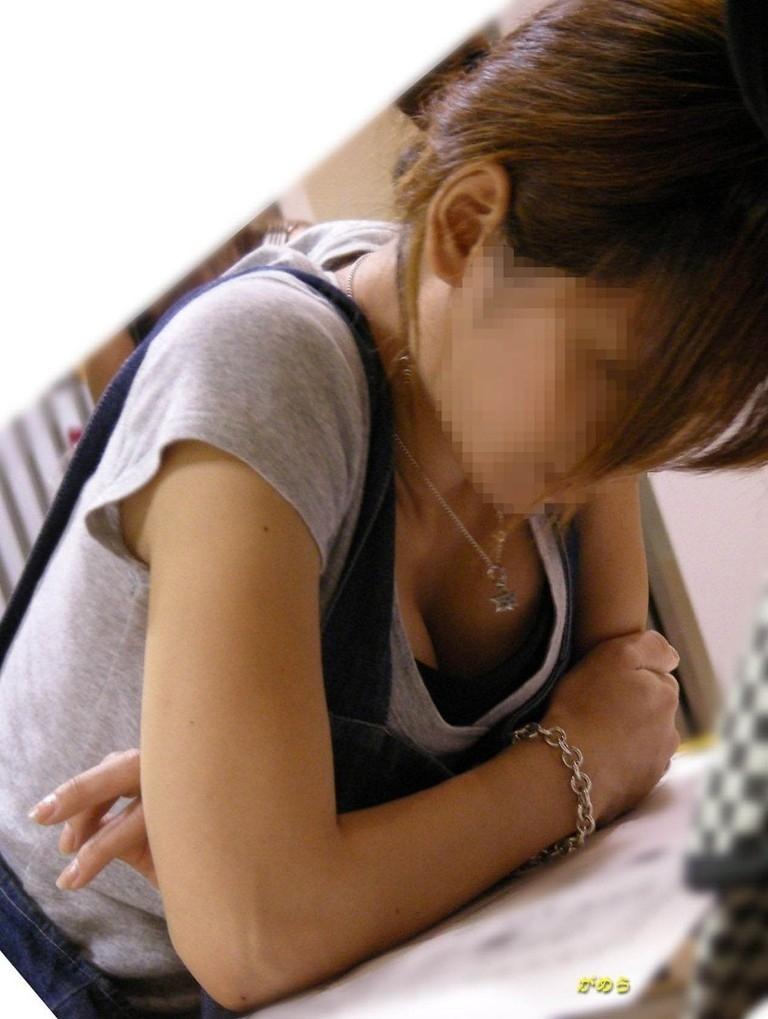 【おっぱい】胸チラは仕方ないけど乳首まで見えているのは考えさせられる素人さんの胸チラ!【30枚】 10