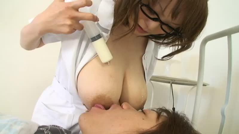 【エロ動画】黒縁メガネの似合う爆乳ナースが練乳かけながらの授乳プレイ!w【ナース】 表紙