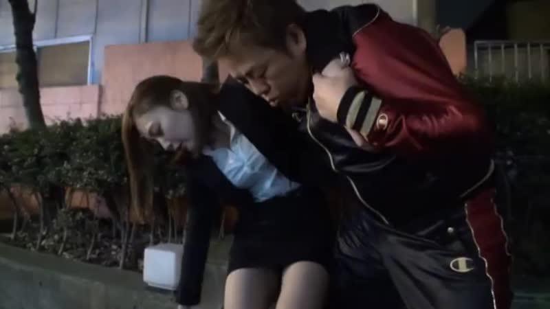 【エロ動画】泥酔してぶっ倒れている素人OLが心配だから自宅に運んで看病してあげるwww【素人】 表紙